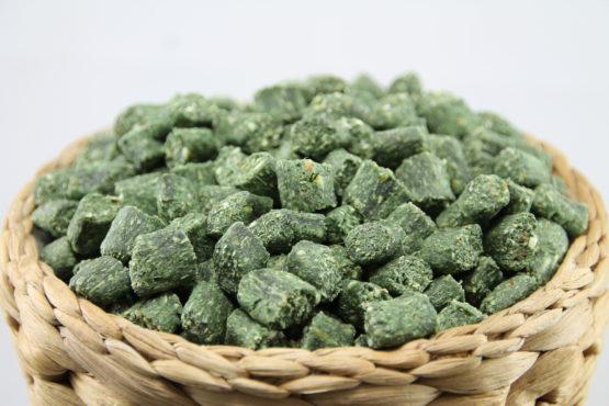 Gemüse Minis mit Spirulina - Belohnung und Trainingsleckerlie für Hunde